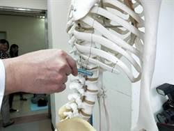 7旬婦練「犁鋤式」瑜珈 喀一聲腰椎竟骨折