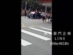 惡煞當街揮刀 男子疑遭挾持上車