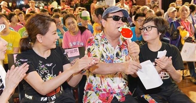 劉福助(右二)唱嘻哈版「身騎白馬」,紀寶如(右)和陳亞蘭(左)幫他打拍子。(台灣優質生命協會提供)