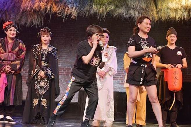 紀寶如在台上和觀眾互動。(台灣優質生命協會提供)