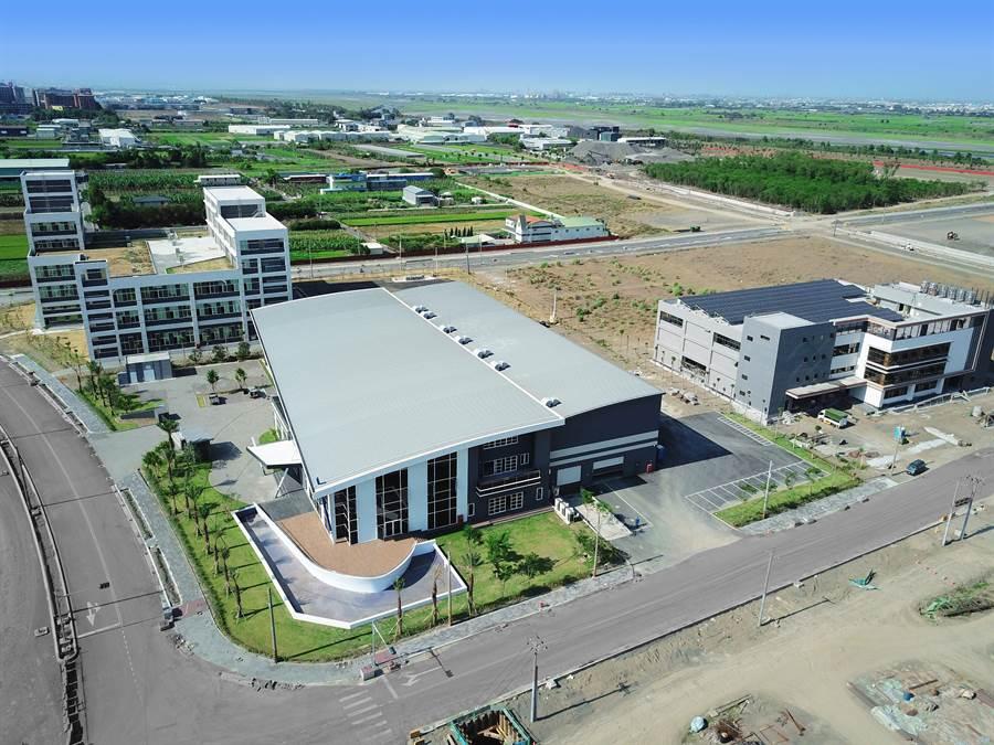 高雄和發產業園區3家標竿廠商禾聯碩(由左至右)、梵達海洋、及督洋生技,即將投產。(圖/高雄經發局提供)