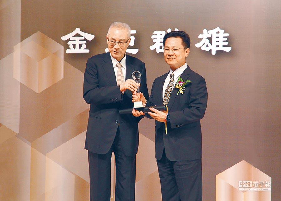 和運租車獲金炬獎「年度績優企業獎」及「年度創新設計」雙獎項肯定,由和運總經理謝富來(右)出席受獎。圖/業者提供