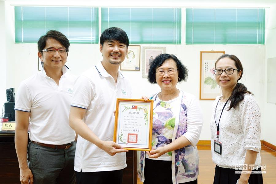 為感謝億高提出的改善教室冷氣節電計畫,萬華國中校長吳菜霞(右二),特別致贈感謝狀給楊脩生總經理(左二)。圖/黃俊榮