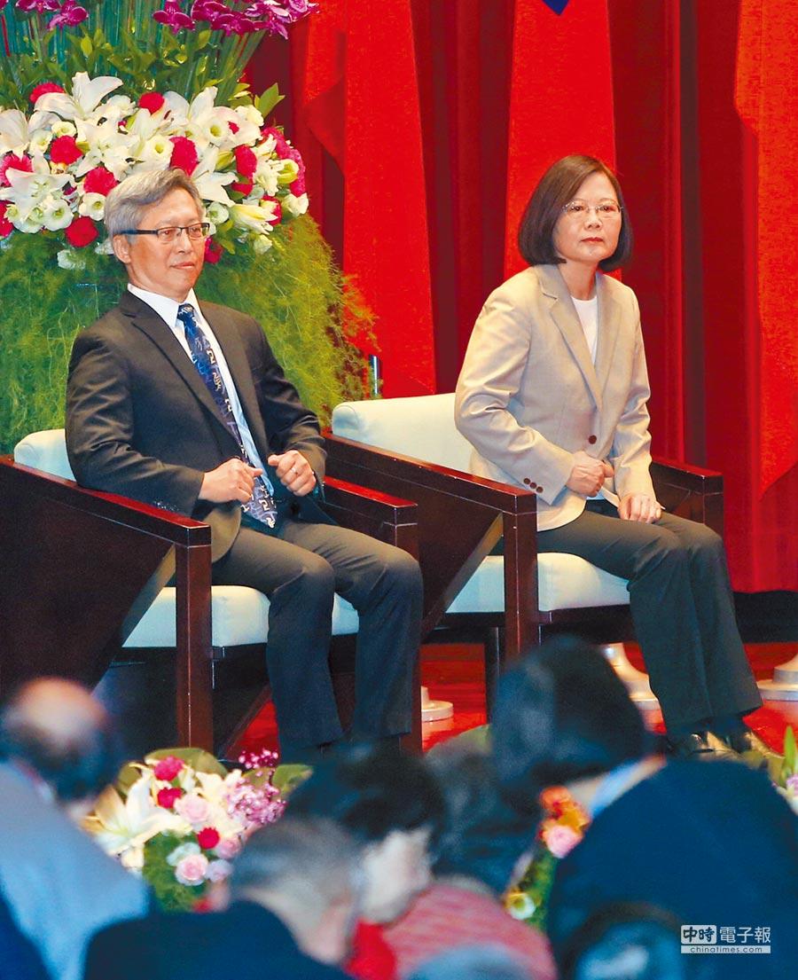 蔡英文總統(右)2日出席中央研究院召開第33次院士會議開幕,圖左為一同與會的中研院院長廖俊智。(趙雙傑攝)