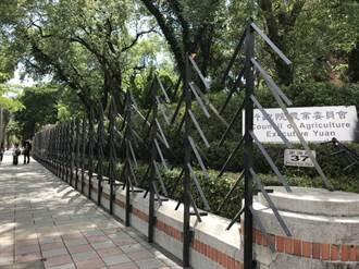 鳳梨農北上抗議 農委會架鐵欄杆嚴陣以待