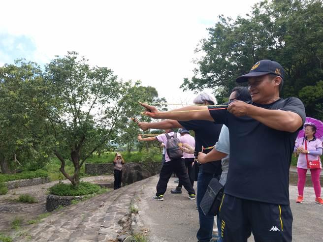 水保局台南分局與藍色東港溪協會舉辦「屏199縣道南島文化暨熱帶生態體驗活動」,盼藉此協助地方社區整合資源、串聯遊程,提高觀光效益。(謝佳潾攝)
