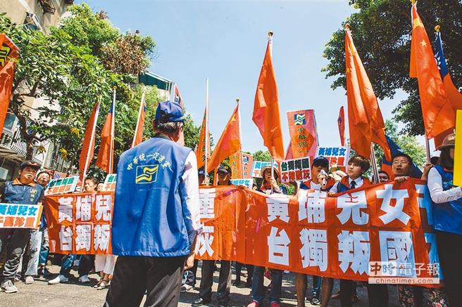 大陸推進統一,從「促統」到「迫統」。圖為6月29日民眾高舉各類旗幟,向蔡英文總統表達抗議。(本報系資料照片)