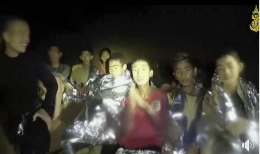 泰國海軍海豹部隊7月3日的新錄影顯示,受困洞穴的泰國少年足球隊成員與教練健康狀況良好,並受到醫療人員照料。(美聯社)