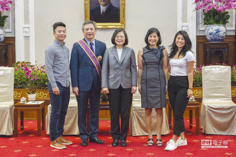 總統蔡英文(圖左三者)頒發大綬景星勳章,給予即將離任的AIT台北辦事處處長梅健華(左二)。圖/總統府提供