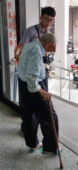 95歲阿伯買午餐忘記回家路 暖警安全送返家