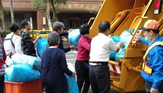 倒垃圾竟瞬間爆炸!這5類物品千萬別丟垃圾車。(圖/台北市環保局提供)
