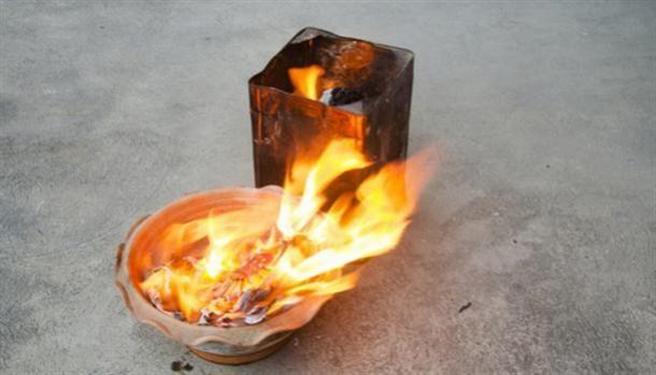 金紙或香灰若燃燒後還有餘燼,應等到全部熄滅後並混水再丟棄,避免持續悶燒。(圖片來源:shutterstock)