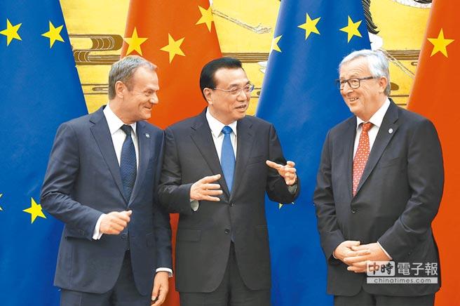 為應對美國川普政府的貿易戰火,大陸不甘示弱,目前計畫聯合歐盟共同對抗華盛頓。圖為李克強(中)出席2016年「中歐峰會」時,與歐盟執委會主席容克(右)及歐洲理事會主席圖斯克會面。(美聯社)