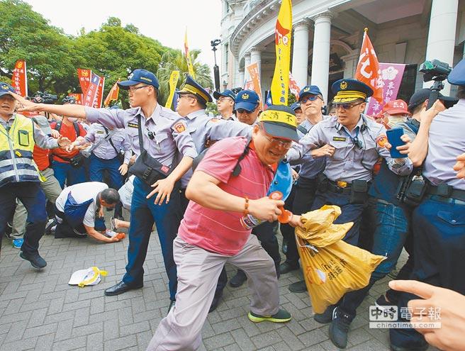 4月23日,退休警消及軍公教團體走上街頭,抗議群眾在監察院前一度欲闖入院內,與警方發生肢體衝突。(本報系資料照片)
