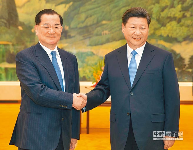 2015年9月1日,中共中央總書記習近平(右)在北京會見來訪的連戰。(中新社)
