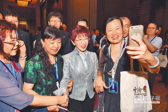 國民黨前主席洪秀柱(中)將先於連戰於6日訪杭州。圖為6月12日,她與昆明雲台會佳賓合影。 (中新社)