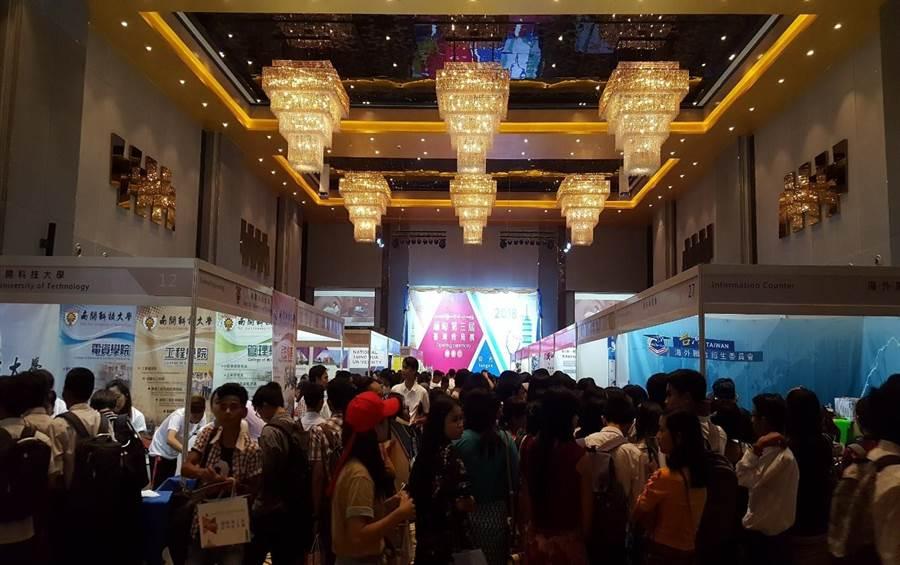 教育部率領國內學校在緬甸仰光辦理台灣教育展,希望不少當地學子前來參與。(教育部提供)