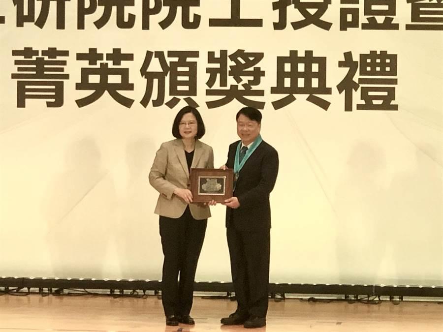 友嘉集團總裁朱志洋今獲總統蔡英文頒授工研院院士證章證書,首開機械業先例。