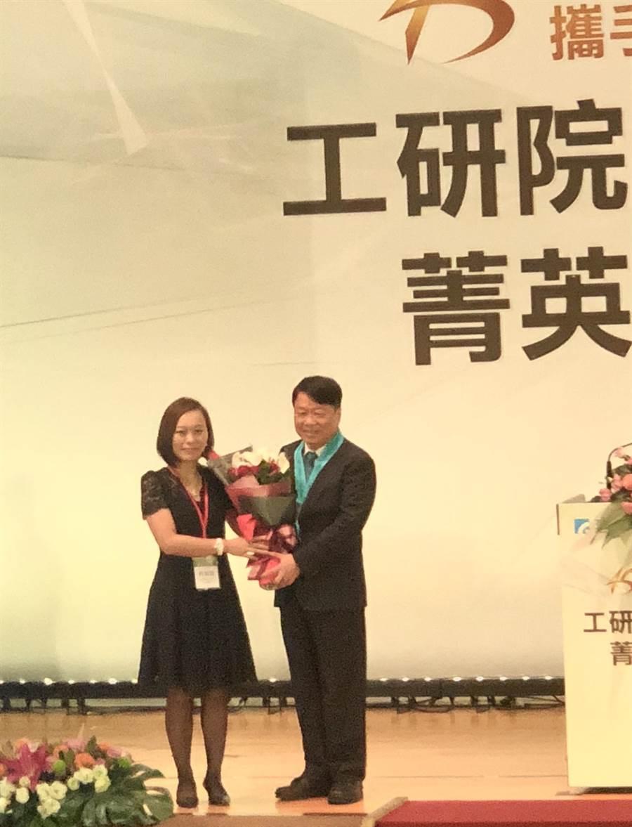 友嘉集團總裁朱志洋今日獲頒授工研院院士,由女兒朱佩穎代表獻花。(圖/沈美幸)