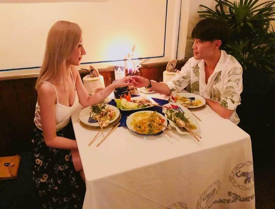 許仁杰(右)與女友交往約3個月。(翻攝亞希臉書)