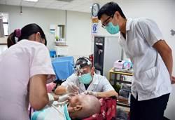 父子檔牙醫創世義診  風雨無阻持續7年