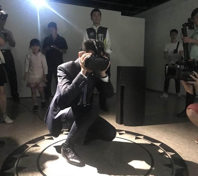 新竹241藝術空間即日起推出全新《數位童樂會》特展,將科技與藝術相結合,市長林智堅6日搶先體驗VR互動遊戲。(陳育賢攝)