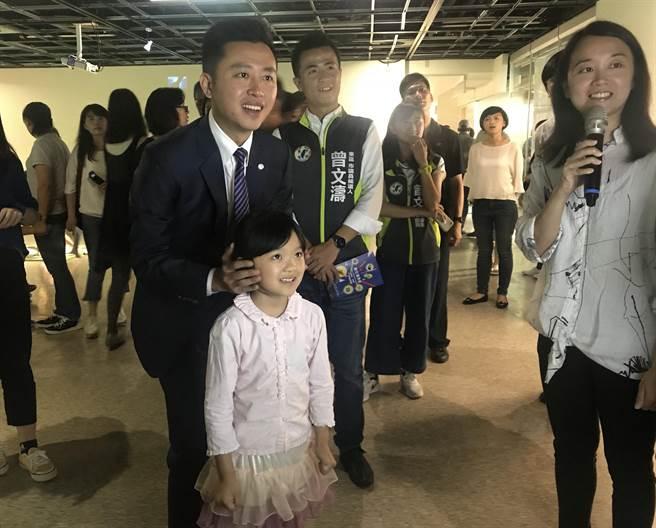 新竹241藝術空間即日起推出全新《數位童樂會》特展,將科技與藝術相結合,市長林智堅6日與小朋水搶先體驗互動遊戲。(陳育賢攝)