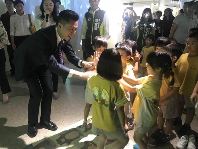 新竹241藝術空間即日起推出全新《數位童樂會》特展,將科技與藝術相結合,市長林智堅6日與小朋友們搶先體驗互動遊戲。(陳育賢攝)