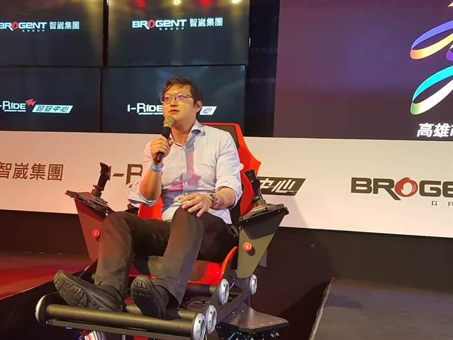高雄經發局長李怡德在體驗4對4 VR電競表演賽之後指出,VR電競「是虛擬的,但感覺很真實」。(顏瑞田攝)