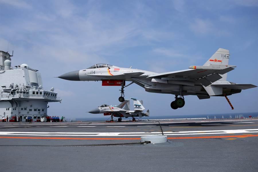 共軍航母遼寧艦的艦載機是殲-15,由於設計老舊、事故頻傳,中共已加緊研發新型艦載戰鬥機替代。圖為殲-15在遼寧艦上降落。(圖/新華社)