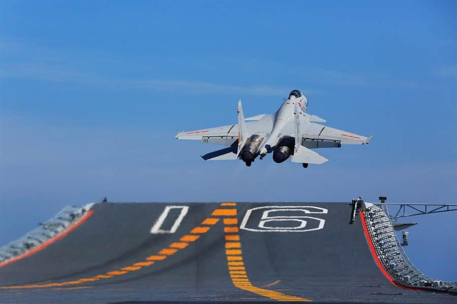 殲-15起飛重量高達33噸,是目前全球最重的艦載機。(圖/新華社)