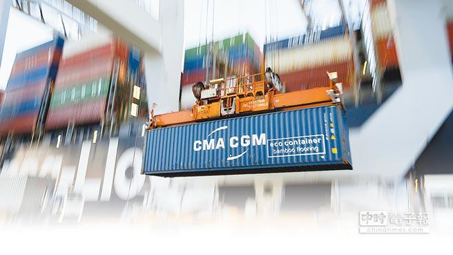 美國喬治亞州薩凡納港,起重機正在將一只貨櫃送上一艘貨櫃輪。美國自6日起對340億美元大陸商品徵收25%關稅,大陸也做出相應加徵關稅措施。(美聯社)