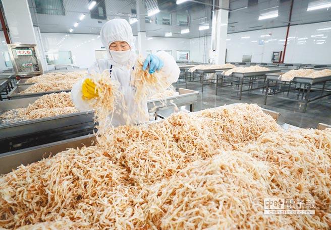 江蘇省連雲港一座工廠內,工作人員正在整理乾燥後的海鮮。大陸方面表示,美國發動經濟史上最大規模貿易戰,大陸將被迫做出必要反擊。(法新社)