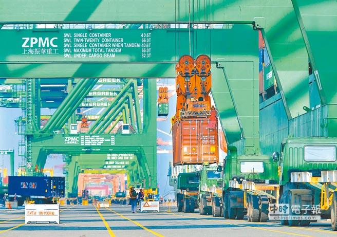中美貿易戰可能對出口導向的台灣經濟帶來損害。圖為高雄港70號碼頭旁貨櫃吊掛作業情景。(本報系資料照片)