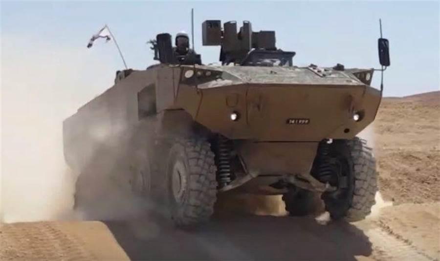 以色列國防部日前公布,新型8輪裝甲運兵車「埃坦」的第2版原型機。(圖/推特)
