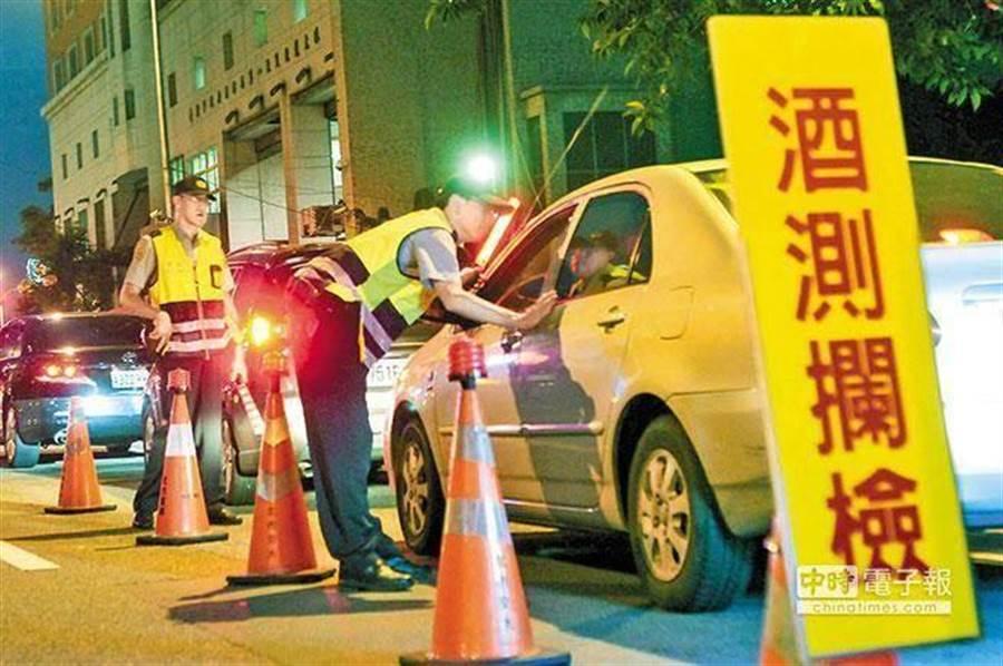 示意圖,圖為員警執行酒測攔檢,與本案無關。(報系資料照 陳振堂攝)