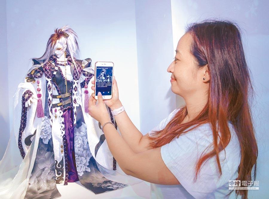 霹靂藝術科幻特展結合App,對著展偶就能在手機中顯示資料。(盧禕祺攝)