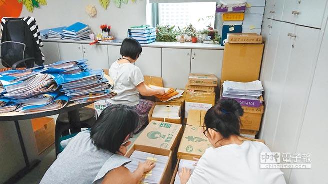 新北市府教育局每天動用17名員工及11名工讀生處理2萬多份重置處分書及訴願書,連假日也得加班。(吳岳修攝)