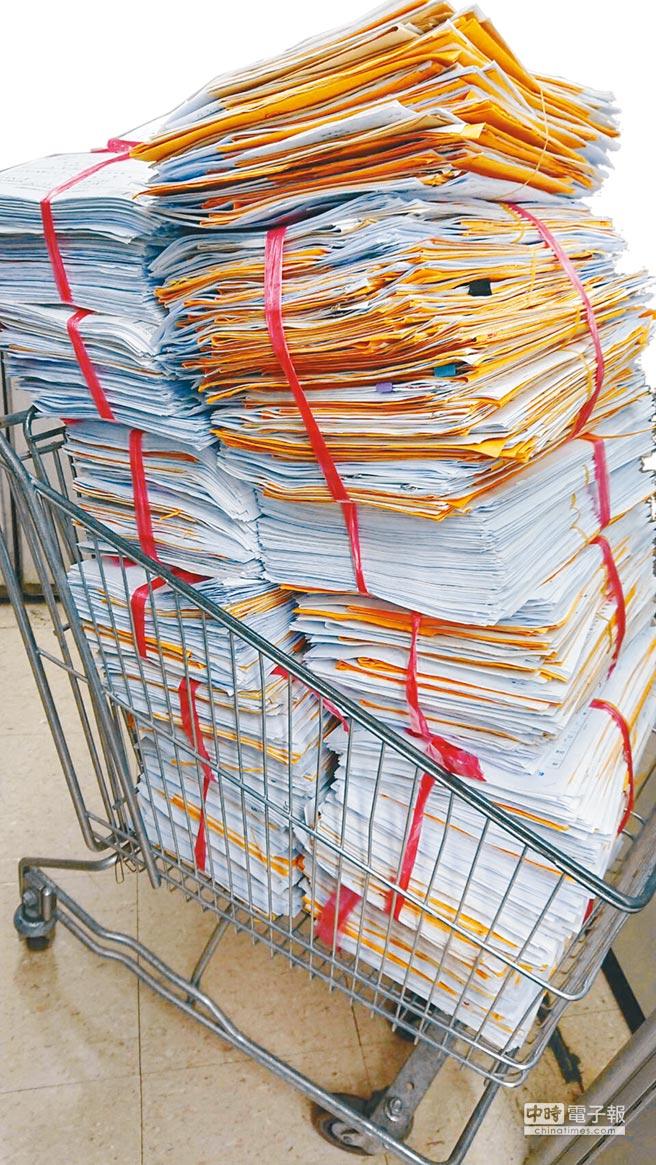 北市目前已經收到破萬份訴願書,甚至有單天就收到上千份,得出動賣場推車才能搬運。(北市教育局提供)