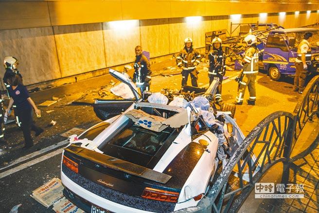 台北市自強隧道7日凌晨發生嚴重死亡車禍,超跑車頭粉碎零件四散,現場一片狼籍。(郭吉銓攝)