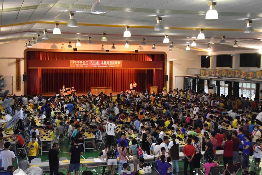 元清觀天公盃全國圍棋錦標賽8日在彰化市南郭國小篤行館登場,全場有800人對弈,場面壯觀。(謝瓊雲攝)