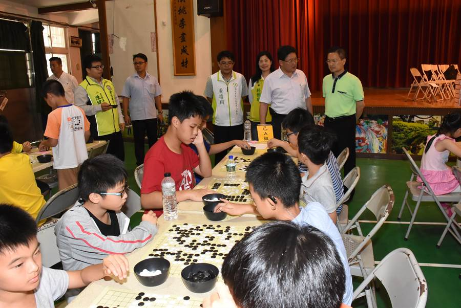 元清觀天公盃全國圍棋錦標賽8日在彰化市南郭國小篤行館登場,各地小棋手們相互切磋。(謝瓊雲攝)