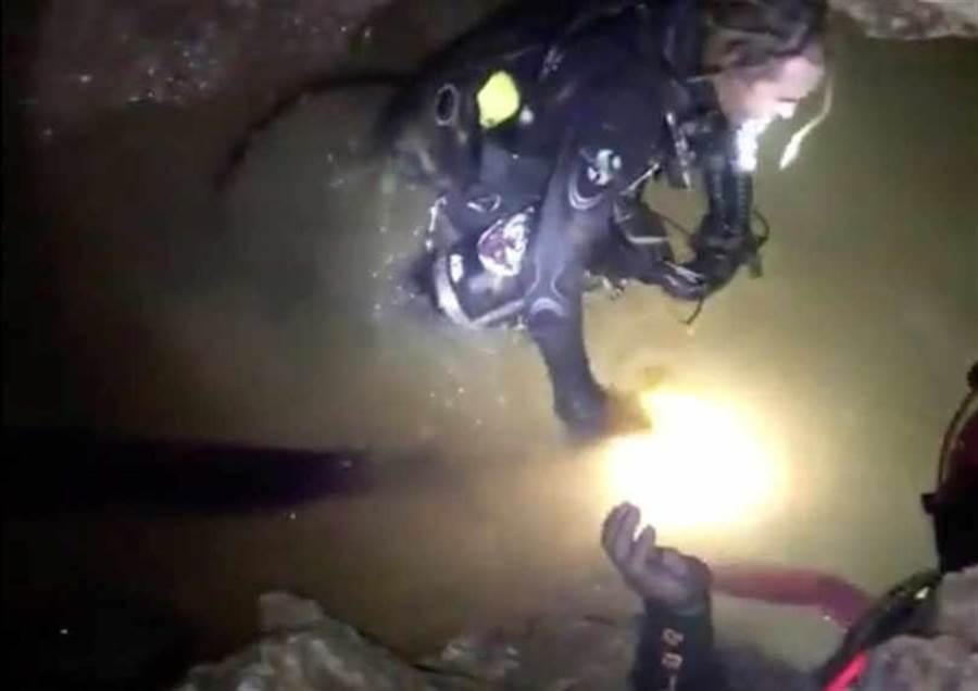 救援人員在泰國洞穴中搜救受困的足球少年。(圖/路透)