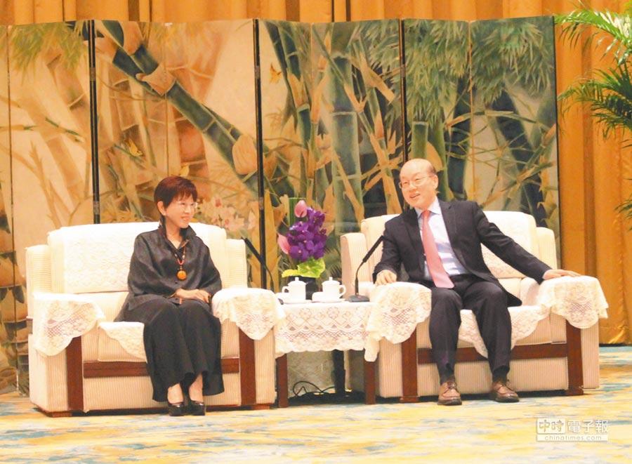 大陸國台辦主任劉結一(右)7日下午在杭州會見前國民黨主席、中華青雁和平教育基金會董事長洪秀柱(左)。(記者楊家鑫攝)