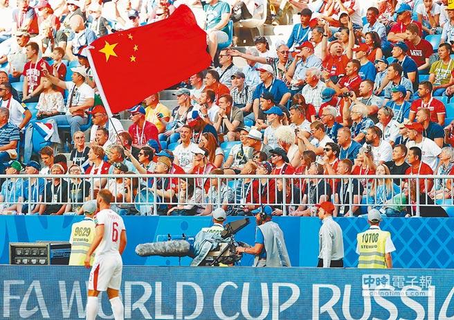 FIFA大讚大陸球迷。圖為6月17日,哥斯大黎加對陣塞爾維亞,大陸球迷在場邊加油。(新華社資料照片)