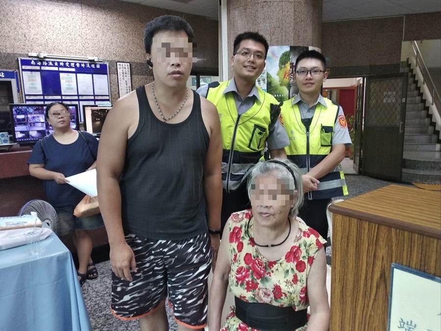 中正二分局南海所員警通知失智陳姓老婦兒子前來帶回老母。〔警方提供〕