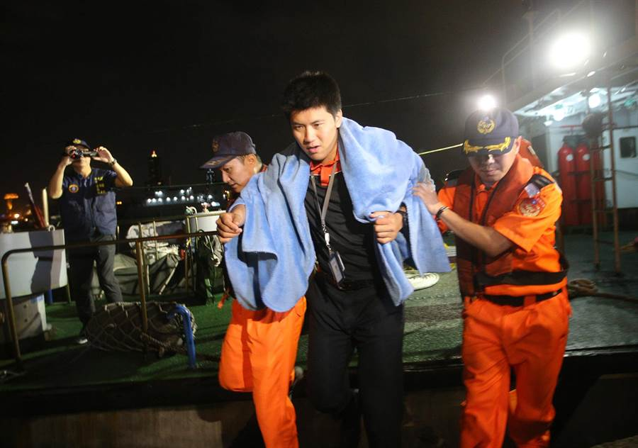 安捷航空飛航訓練機9日傍晚在小琉球附近海面失事,空勤直升機獲報前往救援,在海面吊起其中2人,海巡搜救艇救起另1位教官林晉宏(中),靠岸旗津海巡隊,他表示已和家人報平安,隨即送往小港醫院,3人都無生命危險。(王錦河攝)
