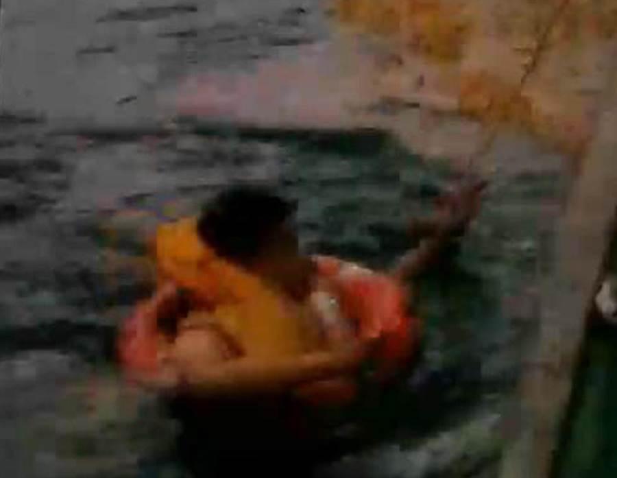 安捷航空飛航訓練機9日傍晚在小琉球附近海面失事,空勤直升機獲報前往救援,在海面吊起其中2人,海巡搜救艇救起另1位教官林晉宏(中),3人都無生命危險。(高雄海巡隊提供)