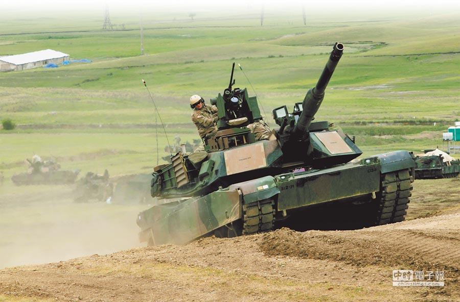 国防部将于明年正式编列预算,向美国採购约100辆的M1A2战车,图为M1A2战车参与2016年英美联合军演。(美联社)