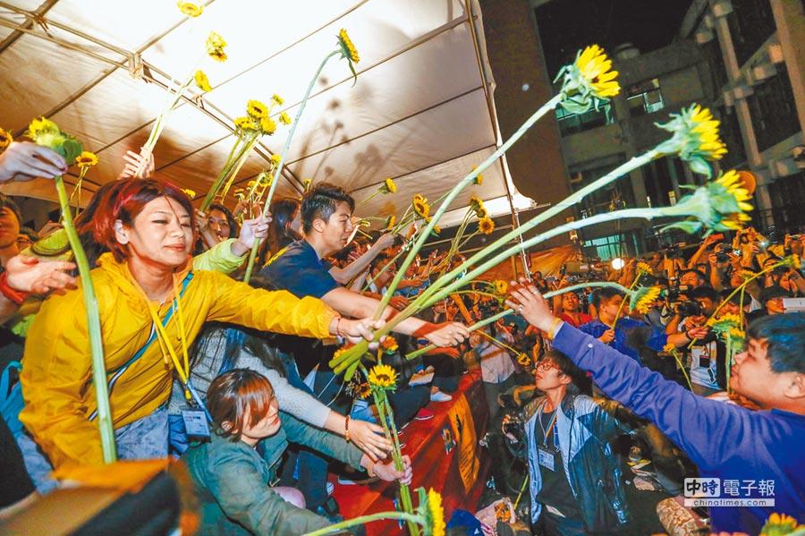4年前的太陽花學運阻擋了ECFA後續談判,這是2014年4月10日晚間,太陽花學運幹部自舞台上傳遞太陽花。(本報系資料照片)